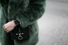 Rado Swissmade Uhr Ceramica in schwarz, ein Herrenmodell aber Unisex tragbar. Fake Fur Coat, Faux Fur, Unisex, Daniel Wellington, Rings For Men, Hair Makeup, Rado, Green, How To Make