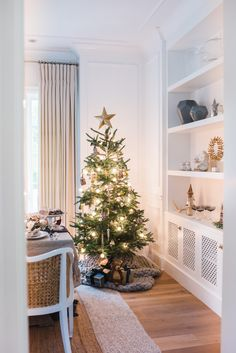 Natural Christmas, Little Christmas, Minimal Christmas, White Christmas, Merry Christmas, Style At Home, Christmas Scenes, Christmas Fashion, Silver Christmas Decorations