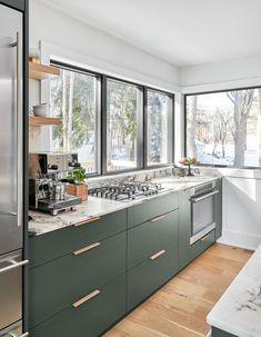 Light Green Kitchen, Green Kitchen Walls, White Oak Kitchen, Green Kitchen Cabinets, Green Kitchen Designs, Kitchen Room Design, Modern Kitchen Design, Light Oak Cabinets, Kitchen Sink Sizes