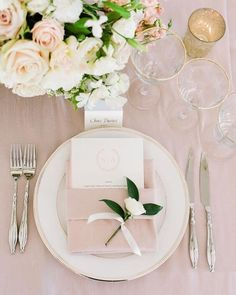 Wedding Table decorations for blush and green wedding wedding table settings Best Blush and Green Spring Wedding Ideas for 2019 Trends Wedding Plates, Wedding Reception Tables, Wedding Table Decorations, Decor Wedding, Wedding Table Cards, Spring Wedding Centerpieces, Sweet Table Wedding, Wedding Dinner, Wedding Napkins