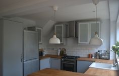 Ikea Veddinge grey kitchen with wood worktop and white subway tiles Kitchen Diner Extension, Open Plan Kitchen, Grey Kitchen Cabinets, Glass Cabinets, Hipster Home, White Subway Tiles, Kitchen Pictures, Home Renovation, Kitchen Remodel
