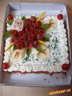 kulatý dort bud skrojíme špičku a vydlabeme a naplníme(bram.salát ,lečo ,masová směs.,.......)nebo r...