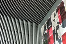"""Metropoli Patriotismo es un mall que se destaca por haber recibido la calificación LEED otorgada por el """"Green Building Council"""",que avala la sustentabilidad ecológica del edificio, tanto en diseño como en su operación. El diseño del centro comercial estuvo a cargo de los despachos de arquitectura Grupo Arquitech y Picciotto Arquitectos, quienes utilizaron nuestros cielos Baffle para el interior y nuestras mallas metálicas GKD en la fachada."""