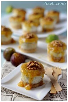 Mini Salted Cheesecake with Gorgonzola with Noci and Figs Coulis Finger Food Appetizers, Finger Foods, Cheesecake Salgado, Wine Recipes, Gourmet Recipes, I Love Food, Good Food, Savory Cheesecake, Snacks Für Party