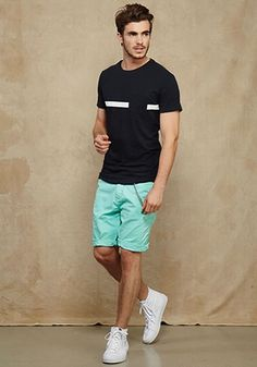 Perfect Men Casual Outfits with Shorts To Look Sexy - Sesempatmu Saja Short Outfits, Summer Outfits, Casual Outfits, Smart Casual Menswear, Men Casual, Mens Fashion Suits, Men's Fashion, Look Cool, Poses