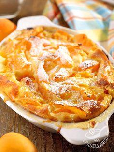 Clafoutis di albicocche: un dolce fresco e delicato che potrete reinventare anche trasformato in dolcetti individuali usando pirofile monoporzione.
