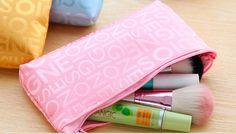 Ihanan pirteä pinkki meikkipussi, jossa tyylikäs ja hillitty printti. Soveltuu hienosti käyttöön meikkipussin lisäksi vaikka penaalina.     Koko: 18cm x 10cm