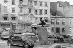 Difficile aujourd'hui d'imaginer des voitures stationnées pêle-mêle en plein coeur de Place Royale comme sur cette photo de 1967. Chute Montmorency, Chateau Frontenac, Le Petit Champlain, Quebec City, Vintage Photos, Images, Street View, Hui, Comme