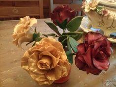 rosas en doradas y granates son de porcelana fria