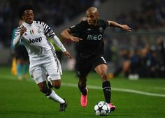 Juventus' Colombian  forward Juan Cuadrado (L) vies with Porto's Algerian midfielder Yacine Brahimi during the UEFA Champions League round of 16 second leg football match FC Porto vs Juventus at the Dragao stadium in Porto on February 22, 2017. / AFP / FRANCISCO LEONG