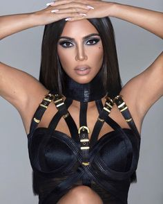 Kim Kardashian looks VERY different in her new KKW Beauty ad Kim Kardashian Hot, Estilo Kardashian, Kardashian Jenner, Kardashian Family, Kylie Jenner, Close Up, Airbrush Make Up, Beauty Ad, Fashion Beauty