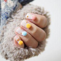 Kleine Puschel a.k.a. Pom Poms auf dem Nagel, am liebsten in pastelligen Candy-Colors - so geht's gerade bei Instagram zu