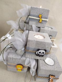 Μια πολύ όμορφη και χαριτωμένη μπομπονιέρα, πέτρινη βάση για ρεσό με διακόσμηση απο ξύλινα ζωάκια της ζούγκλας. Baptism Favors, Gift Wrapping, Gifts, Gift Wrapping Paper, Presents, Wrapping Gifts, Baptism Party Favors, Favors, Wrap Gifts