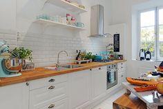 La cuisine moderne en blanc avec plan de travail en bois !