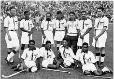 Erstmals in der olympischen Geschichte war ein Hockeystadion gebaut worden. Das Finale hätte ursprünglich am 14. August stattfinden sollen, musste aber wegen starker Regenfälle um einen Tag verschoben werden. Am 15. August um 11:00 Uhr spielten im Finale dann Indien und Deutschland gegeneinander. Indien gewann 8:1 und errang somit die Goldmedaille. Silber ging an Deutschland. Berlin, 1936. o.p.