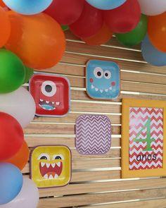 Detalhe do painel muito divertido!!! Adorei fazer esse tema! #monstrinhos #painel #palet #diversão #criatividade #festa #decoracao