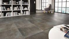 Wolkige Oberflächen lassen die neuen Betonoptik-Fliesen wunderbar wohnlich wirken. Tile Floor, Flooring, Interior Design, House, Beautiful, Floor, Flooring Tiles, Tile Living Room, Floor Covering