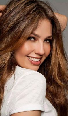 Mexican actress and singer Thalia THE Big collection of photos of beautiful girls on the beach, in the car, in the countryside. Beautiful Smile, Most Beautiful Women, Perfect Smile, Girl Face, Woman Face, Brunette Beauty, Hair Beauty, Pretty Face, Pretty Woman