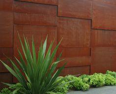 """Corten Steel. Le plus simple c'est le mieux c'est. Mais au lieu d'un simple rectangle faire plusieurs niveaux qui s'adaptent à l'environnement naturel. Béton, bois, avancé du toit avec """"accents"""" chinois et anvancé : structure en bois pour fair eune tonnelle de verdure"""