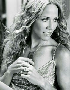 Listen to every Sheryl Crow track @ Iomoio Female Guitarist, Female Singers, Sheryl Crow, Joan Baez, Guitar Girl, Thing 1, Country Singers, Country Music, Black And White Portraits