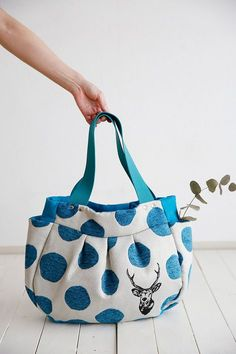 Pattern available http://kokka-fabric.com/en/craft-sewing/pleated-tote/#comment-14411