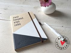 taschen-/buchkalender für das jahr 2017, in deutscher und englischer sprache.  entworfen und gestaltet mit herz und hand: mit grafischen flächen in weiß und dunkelgrau.   der kalender ist aus...