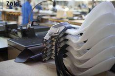 Buenos días, hoy fotografía: de Mer Castellanos, armaduras, dentro de la serie del trabajo en la fábrica http://zaldi.com/fabrica/