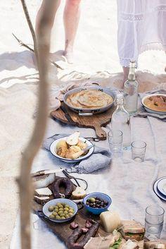 Local Milk x Little Upside Down Cake Portugal Styling & Photography Workshop, Beach Picnic Lokale Milch x kleiner umgedrehter Kuchen Portugal Styling Fotografie Workshop, Strandpicknick Comida Picnic, La Trattoria, Local Milk, Beach Picnic, Beach Lunch, Summer Picnic, Beach Party, Beach Dinner, Garden Picnic