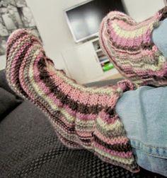 Maikin kontti: Hauskat ja superhelpot tossukat (ohje) Fingerless Gloves, Arm Warmers, Knit Crochet, Socks, Knitting, Shoes, Long Scarf, Knitting Socks, Fingerless Mitts