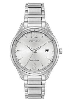 Cette montre de la collection Chandler de CITIZEN® offre un style décontracté rehaussé d'une touche scintillante. Montré avec un boîtier et un bracelet en acier inoxydable, ce modèle tendance se démarque grâce à ses marqueurs horaires en cristaux Swarovski®, à son verre sphérique et à un cadran argenté.