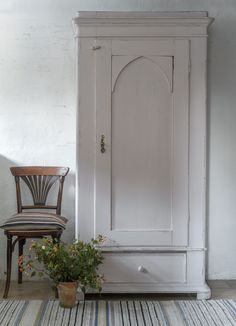 Butik Lanthandeln - Fint gammalt klädskåp i puderrosa Chalk Paint Furniture, White Furniture, Vintage Furniture, Painted Armoire, Swedish Decor, Cozy Corner, Bench With Storage, Decoration, Furniture Makeover