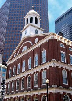 Faneuil Hall , Boston, MA Sit inside the hall and imagine how it felt to know that the Patriots were burning Charleston, the British had to run to their battlements, and Henry Knox had brought the cannons to Dorchester from Ticondaroga Oh The Places You'll Go, Places To Travel, Places Ive Been, Usa Travel Guide, Travel Usa, Dorchester Massachusetts, Boston Massachusetts, Wonderful Places, Beautiful Places
