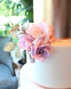 Close ups... #weddingcake #newtonhall #newtonhallweddings #northeastweddings #northumberlandwedding #sugarflowers #copper #rosegold…
