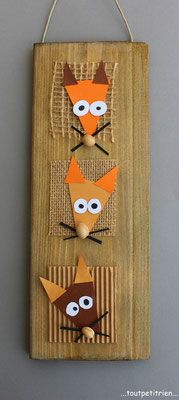"""Cadre """"3 petits renards"""" avec une chute de bois,  de la jute, du papier et des noyaux de cerises en guise de museaux.. www.toutpetitrien.ch - fleurysylvie"""