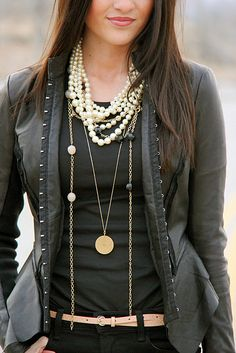 the layered necklaces, but LOOK at the Victorian blazer with the hook and eye closure! Looks Style, Style Me, Style Blog, Look Fashion, Womens Fashion, Fashion Clothes, Street Fashion, Winter Mode, Premier Designs