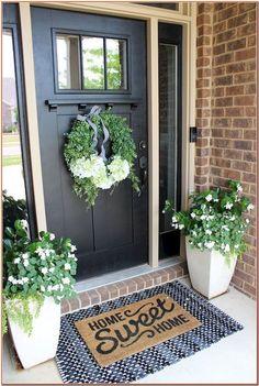 Garten Dekoration ideen 50 beautiful spring decoration ideas for the veranda Home Porch, House With Porch, Black Front Doors, Black Door, Farmhouse Front Porches, Front Door Decor, Entrance Decor, House Entrance, Entrance Ideas