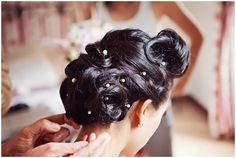 vintage bridal hair style / © Blanc Coco Photographe pincurls, retro, vintage updo 40s hairstyle French vintage wedding hair by home concept coiffure Lyon