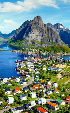 "Reine - Norway The stunning village of Reine is located on the island of Moskenesoya, in the Lofoten archipelago in northern Norway. The village has earned a reputation as ""the most beautiful place in the world"". Reine - Noruega A deslumbrante aldeia de Reine está localizada na ilha de Moskenesoya, no arquipélago Lofoten, no norte da Noruega. A aldeia ganhou uma reputação como ""o lugar mais lindo do mundo""."