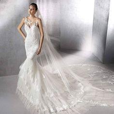 這款性感迷人的魚尾款婚紗全身飾有蕾絲刺繡,並有閃耀的寶石點綴細節。透視領口設計讓蕾絲像在皮膚上刺繡,配上超貼身的剪裁和特長拖尾,讓新娘的迷人曲線盡現,華麗動人。#StPatrick  #weddingdress #婚紗 #租婚紗 http://butimag.com/ipost/1491979145898716555/?code=BS0kyDblW2L