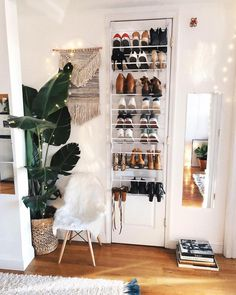 Como organizar sapatos: 50 ideias simples que funcionam (tutoriais) First Apartment, Apartment Living, Apartment Ideas, Cozy Apartment Decor, Brooklyn Apartment, Dream Apartment, Bedroom Apartment, Dream Rooms, Dream Bedroom