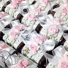 Brownies de Chocolate com uma embalagem mais que especial: cambraia bordada, flores, laço de organza e terço com pérola de arroz!!! #prendaminha #batizado #brownie