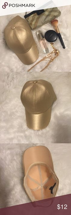 Women's baseball cap Gold baseball cap I only used it a couple times good condition (ACCESSORIES NOT INCLUDED) Do everything in love Accessories