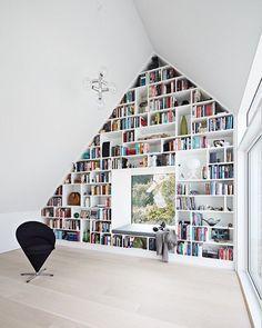 """3,998 Synes godt om, 78 kommentarer – BO BEDRE (@bobedredk) på Instagram: """"Kom med indenfor i dette arkitekttegnede hus hvor man blandt andet har udnyttet skråvæggene i…"""""""