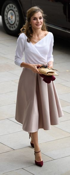 Queen Letizia of Spain Wrap Top - Queen Letizia of Spain looked very refined in a white wrap top with an asymmetrical neckline while touring London. Style Royal, My Style, Outfits For Spain, Dress Skirt, Midi Skirt, Royal Clothing, Queen Letizia, Princess Letizia, Royal Fashion