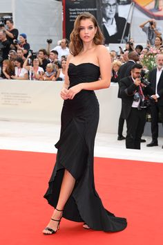 From Elsa Hosk in Etro to Juliette Binoche in Armani Prive, these are the best looks from day one of the 2019 Venice Film Festival. Vestido Strapless, Strapless Dress Formal, Prom Dresses, Wedding Dresses, Festival Looks, Barbara Palvin, Celebrity Dresses, Celebrity Style, Red Carpet Dresses