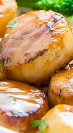 Sweet and just a little spicy, these Honey-Glazed Scallops are ready in just 15 minutes! Serve these with rice and broccoli for a light and healthy dinner. Fish Recipes, Seafood Recipes, Cooking Recipes, Healthy Recipes, Healthy Scallop Recipes, Shrimp And Scallop Recipes, Clam Recipes, Recipies, Salmon Recipes
