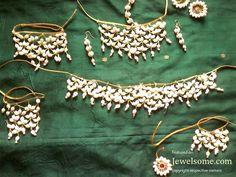 Jasmine flower jewelry design by Pelli Poola Jada #floraljewelry #flowerjewellery #anooflowerjewellery #mehndijewellery #karvachaut #teej #haldi #mumbaiflowerjewellery #delhiflowerjewellery