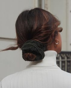Chouchou velours côtelé vert sapin - Jade – Scrunchie is back My Hairstyle, Messy Hairstyles, Pretty Hairstyles, Baddie Hairstyles, Hairstyle Ideas, Hair Inspo, Hair Inspiration, Pelo Afro, Corte Y Color