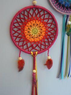 De Ojibweg, een indianenvolk uitNoord-Amerika,geloven dat het zelf maken en ophangen van een dromenvanger boven het bed nare...