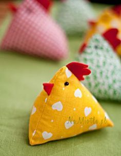 Sewing Cushions How to sew a chicken Begginer Sewing Projects, Hand Sewing Projects, Fabric Toys, Fabric Crafts, Chicken Crafts, Chicken Toys, Hen Chicken, Sewing Pillows, Sewing For Beginners